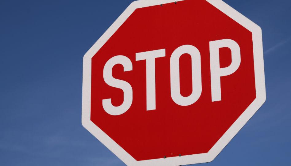 Zu sehen ist ein Stoppschild.