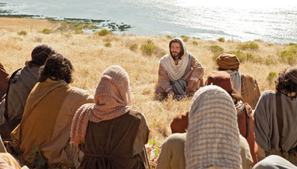 Er ist das größte Beispiel des Minimalismus, Jesus Christus. Hier ist der sitzend mit einigen seiner Jünger zu sehen, die er lehrt.