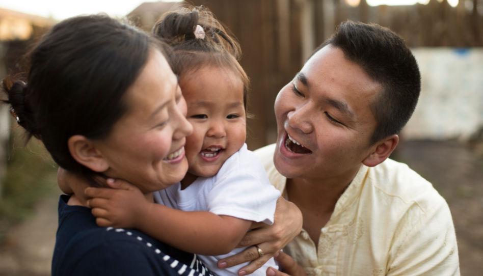 Da es im Kern des Minimalismus ja darum geht, ein glücklicheres Leben zu führen, siehst du hier eine glückliche kleine Familie.