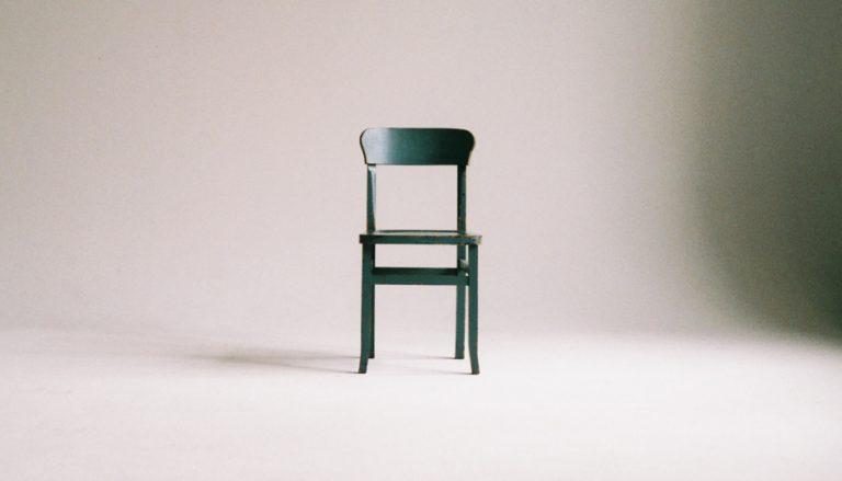 Passend zum Thema Minimalismus ist auf dem Titelbild ein Raum zu sehen, in welchem lediglich ein Stuhl steht.